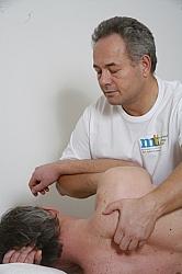 Mjukdelstekniker är massage av muskulatur. Her visas behandling av smärtande muskulatur mellan skulderbladen.
